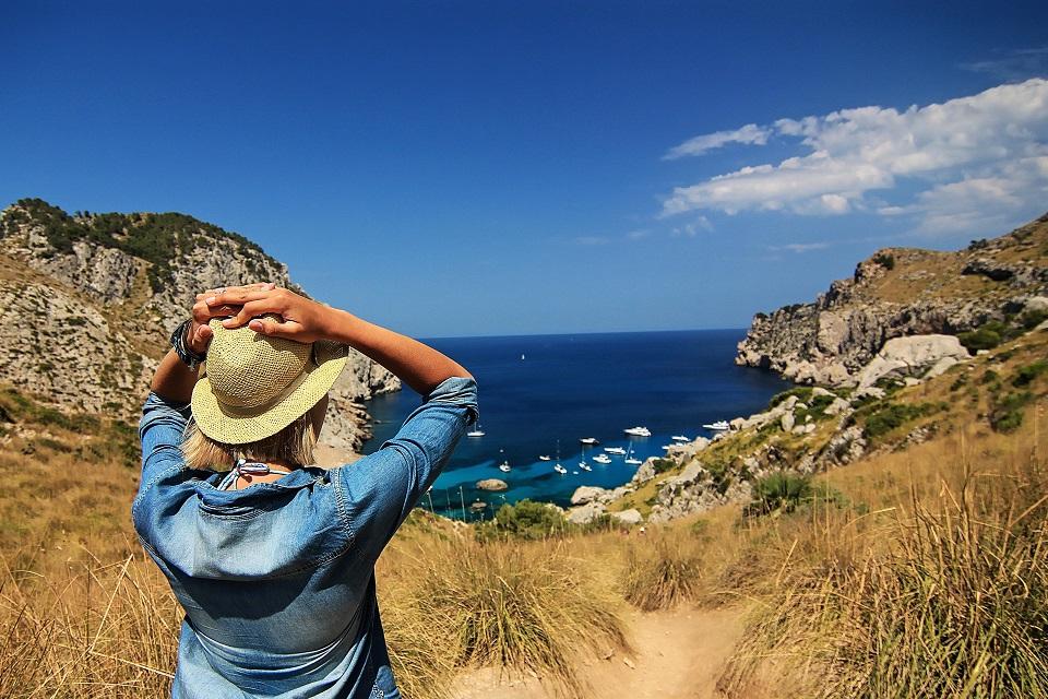 vrouw landschap hoed zee blog detox-min